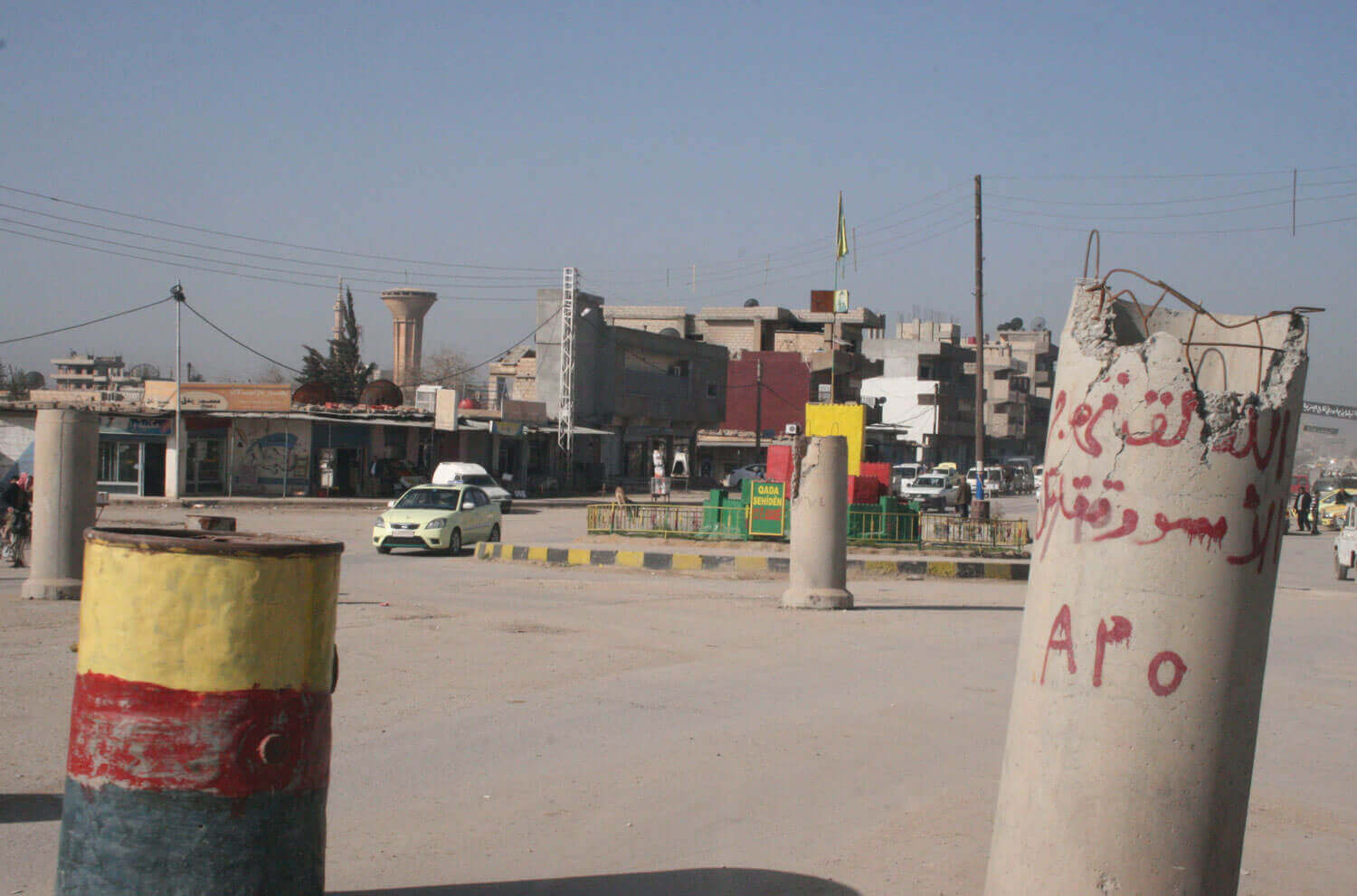 Qamishli (kurd.: Qamişlo) the largest Syrian-Kurdish town with symbols of the Kurdish self-administration