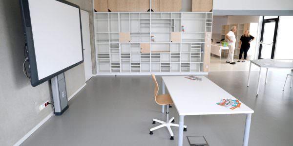 Lehrertische auf Augenhöhe statt alte Pulte, interaktive Beamerflächen und Whiteboards statt Kreidetafeln.