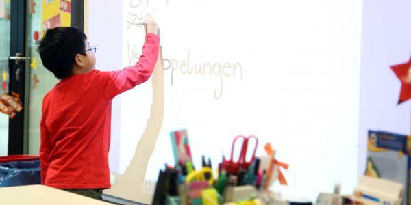 Die SchülerInnen lernen den souveränen Umgang mit neuen Präsentationstechniken spielend.