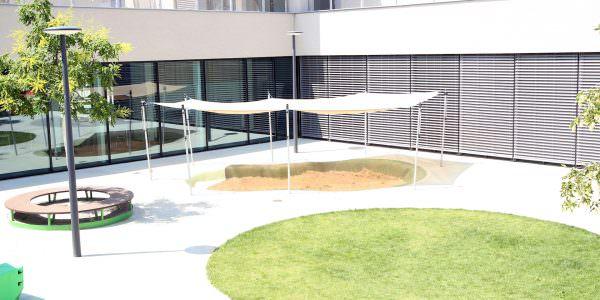 Der Bildungscampus Sonwendviertel ist mit großzügigen Außenflächen ausgestattet.