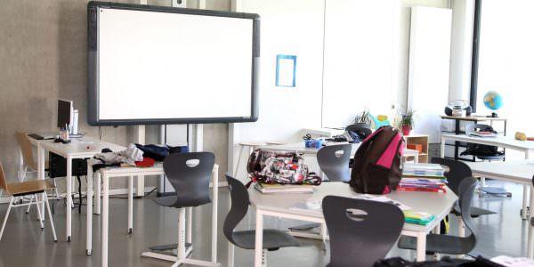 Tische für kooperatives Lernen und unterschiedliche Bedürfnisse.