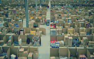 In den Paketlagern von Amazon herrschen miserable Arbeitsbedingungen. Das zeigt das Symbolbild. Auch bei Amazon, Zalando und H&M sieht es nicht wesentlich besser aus. Dort werden die Mitarbeiter bespitzelt.