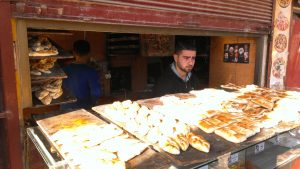 In dieser Bäckerei in Afrin werden sehr gegensätzliche politische Führer der Kurden verehrt. (Foto: Thomas Schmidinger)