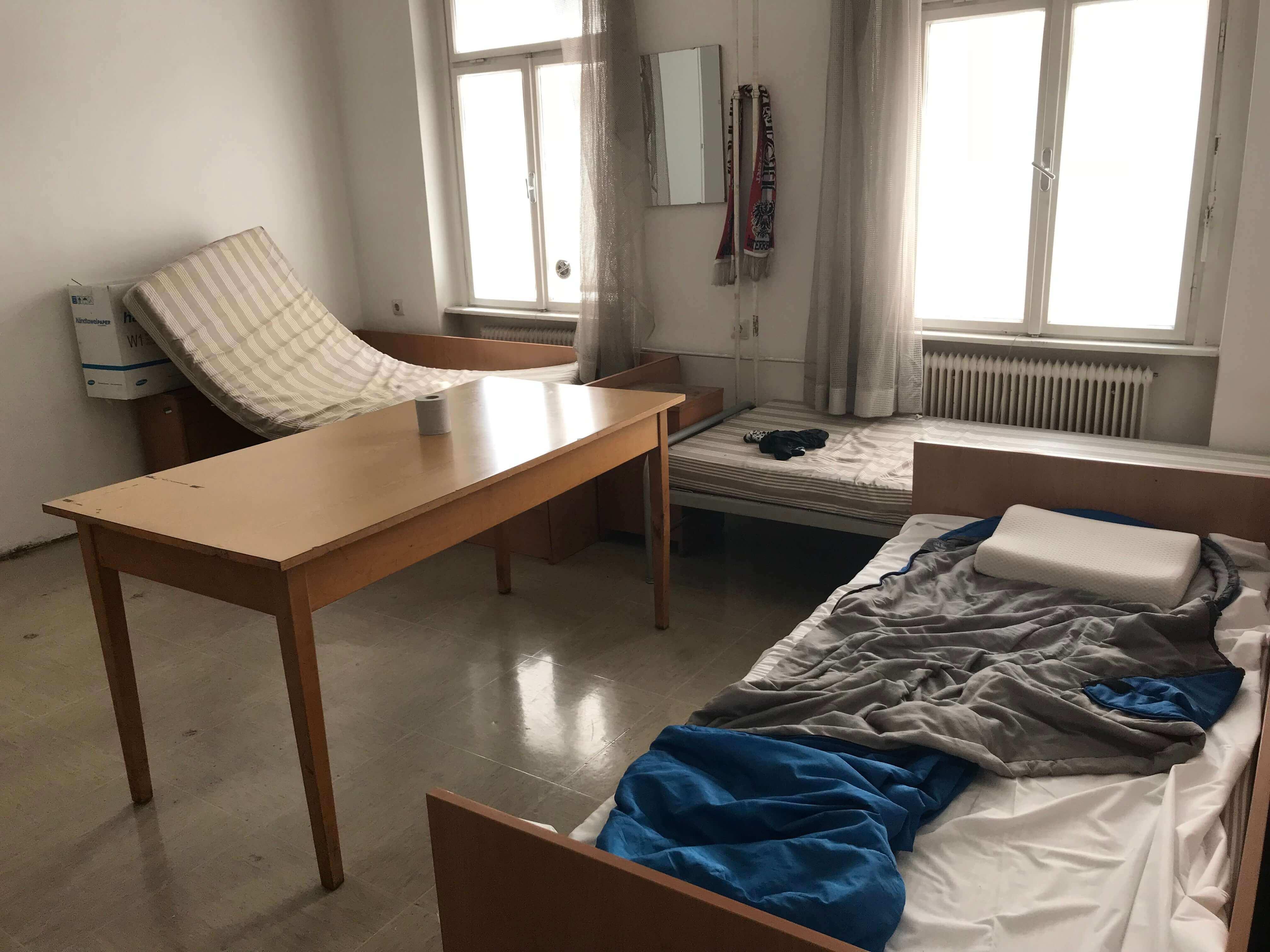 Kleiner Raum mit 3 alten Betten, Matratzen sind ungefähr aus den 70iger.
