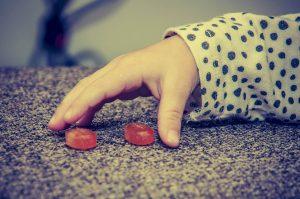 Symbolbild: Marshmallow-Test. Bild zeigt Kinderhand, die zu Süßigkeiten greift.