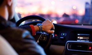 Tempo 140 Mann fährt Auto