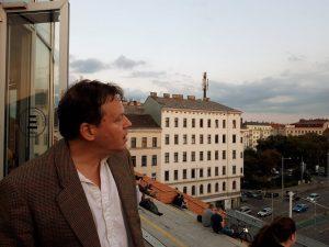 David Graeber am Dach der Wiener Stadtbücherei.