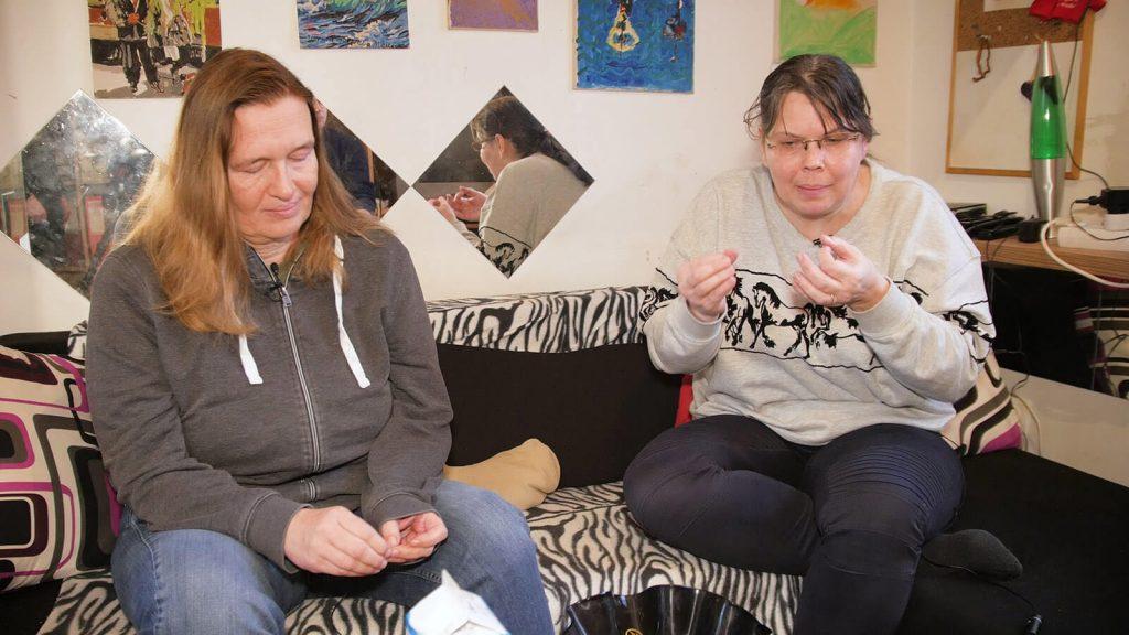 Zwei Mütter erzählen wie es ist ein Kind mit Behinderung zu pflegen.