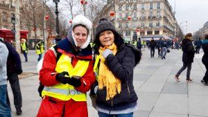 Bild zeigt zwei Protestierende der Gelbwesten in Frankreich