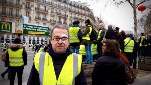 Bild zeigt einen Demonstranten der Gelbwesten in Frankreich mit Augenverletzung