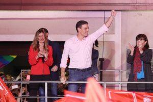Pedro Sánchez am Wahlabend vor PSOE-Anhängern (Spanien Wahl)