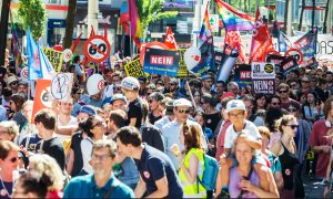 Junge protestieren gegen ÖVP 12h-Tag