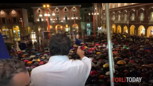 Matteo Salvini spricht auf dem Mussolini Balkon vor seinen Anhängern. Dieser man wird nach den EU Wahlen in einer Fraktion mit der FPÖ sein.