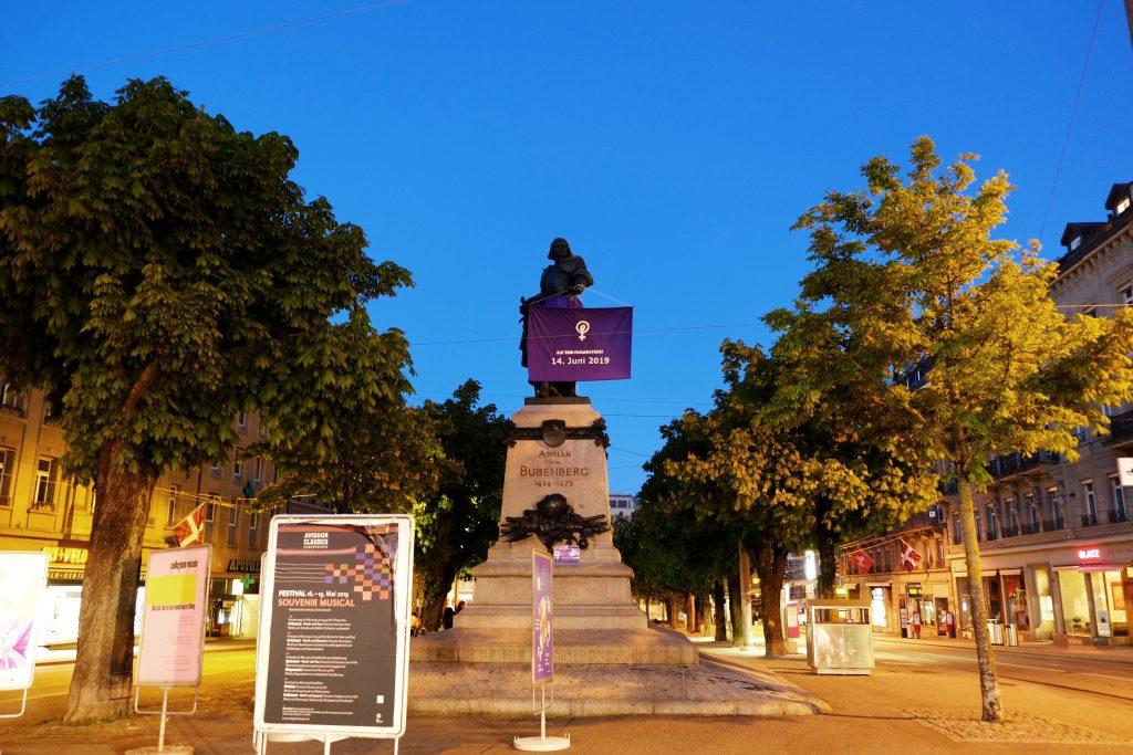 Statuen wurden in Schweizer Städten für den Frauenstreik in Violett umdekoriert