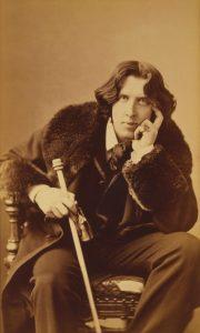 Oscar Wilde: Befürworter des Sozialismus und Dramatiker. Er machte auch mit prägnanten Sprüchen auf sich Aufmerksam die noch heute gerne als Zitate verwendet werden. Seine Biografie ist die Geschichte eines talentierten Querdenkers die viel zu früh in Paris endete.