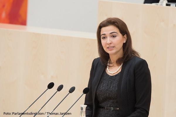 erste Ministerin mit Migrationshintergrund in Österreich: Zadic