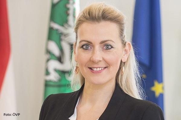 Ministerin Aschbacher