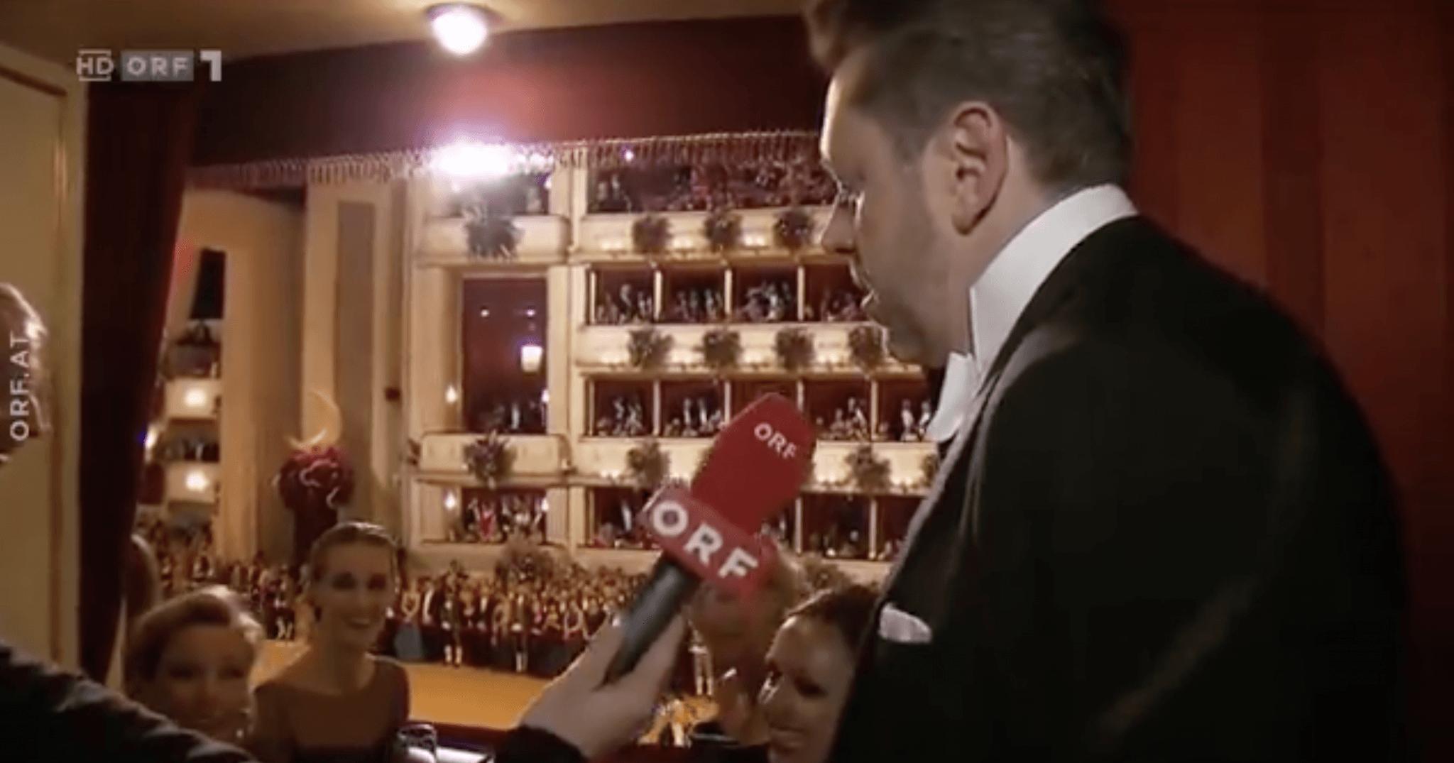 WKO-Präsident Mahrer hetzt beim Opernball mit seinen Logen-Gästen über die Arbeiterkammer. Gezahlt wurde seine Loge von WKO-Mitgliedsbeiträgen.