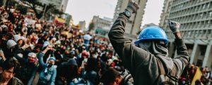 Proteste in Kolumbien gegen die unsoziale Linie des Präsidenten Duque spitzen sich weiter zu. Polizeigewalt gegen friedliche Demonstrationen sind keine Seltenheit mehr.