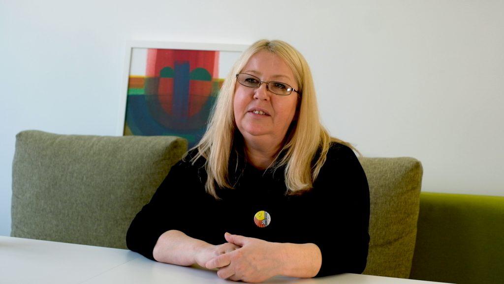 Elwira Schlesinger arbeitet im Bereich der Pflegeassistenz. Sie erzählt von ihrer Erfahrung in der Pflege-Branche.