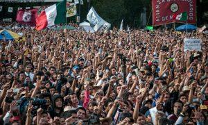 Hier sieht man eine Menschenmenge, die Andrés Manuel López Obrador bejubelt.
