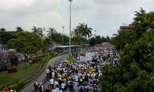 Auf dem Bild sieht man einen Protest in Kolumbien gegen die Politik des Landes.