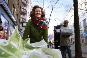 Katharina Rogenhofer, Sprecherin des Klimavolksbegehren bei einer Aktion. Eine Forderung: Eine Milliarde für den öffentlichen Verkehr.
