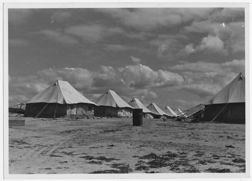 Unterkünfte in einem Lager für europäische Flüchtlinge in den Zeiten des zweiten Weltkriegs.