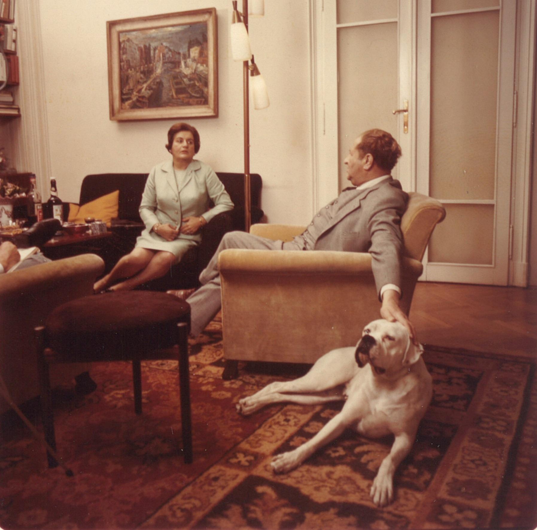 Bruno Kreisky mit Vera Kreisky und Hund Bianca, aufgenommen 1967