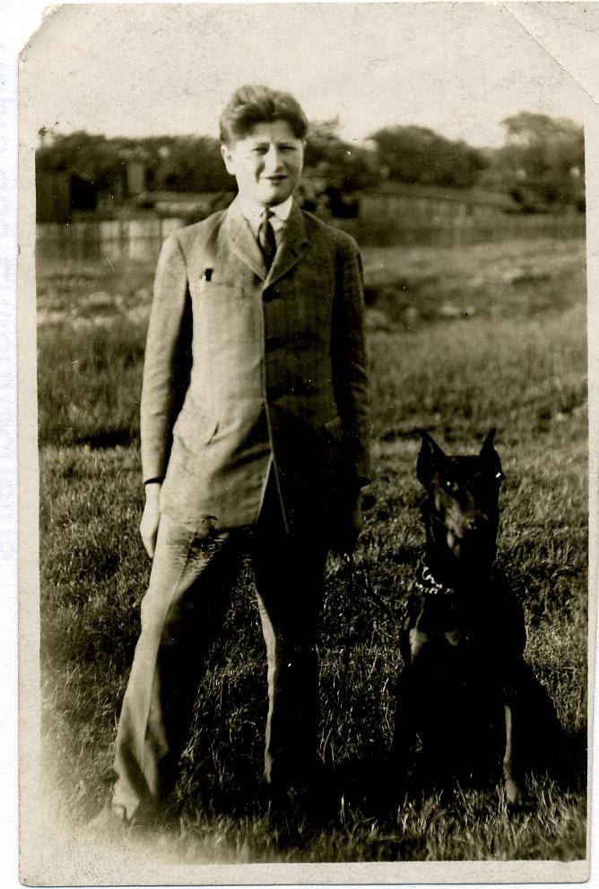 Bruno Kreisky als Jugendlicher mit Hund, aufgnommen 1926