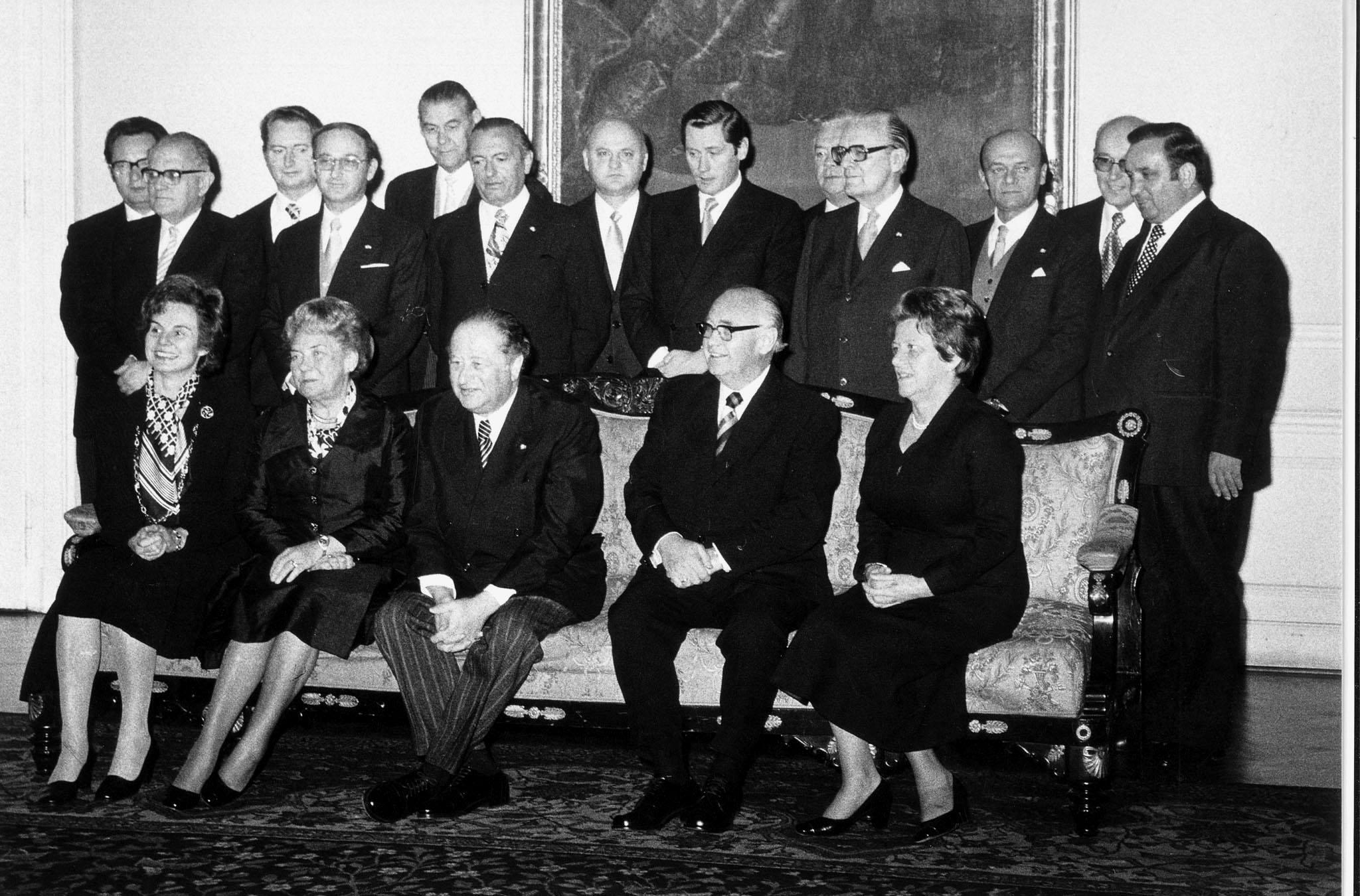 Gruppenfoto der österreichischen Bundesregierung - Kabinett Kreisky III (08. Oktober 1975 bis 05. Juni 1979) v.l.n.r. stehend: Günter Haiden; Chrisian Broda; Erwin Lanc; Eugen Veselsky; Otto Rösch; Josef Moser; Karl Lausecker; Hannes Androsch; Oskar Weihs; Karlheinz-Erich Bielka; Karl Lütgendorf; Josef Staribacher; Fred Sinowatz v.l.n.r. sitzend: Elfriede Karl, Hertha Firnberg; Bruno Kreisky; Rudolf Häuser; Ingrid Leodolter