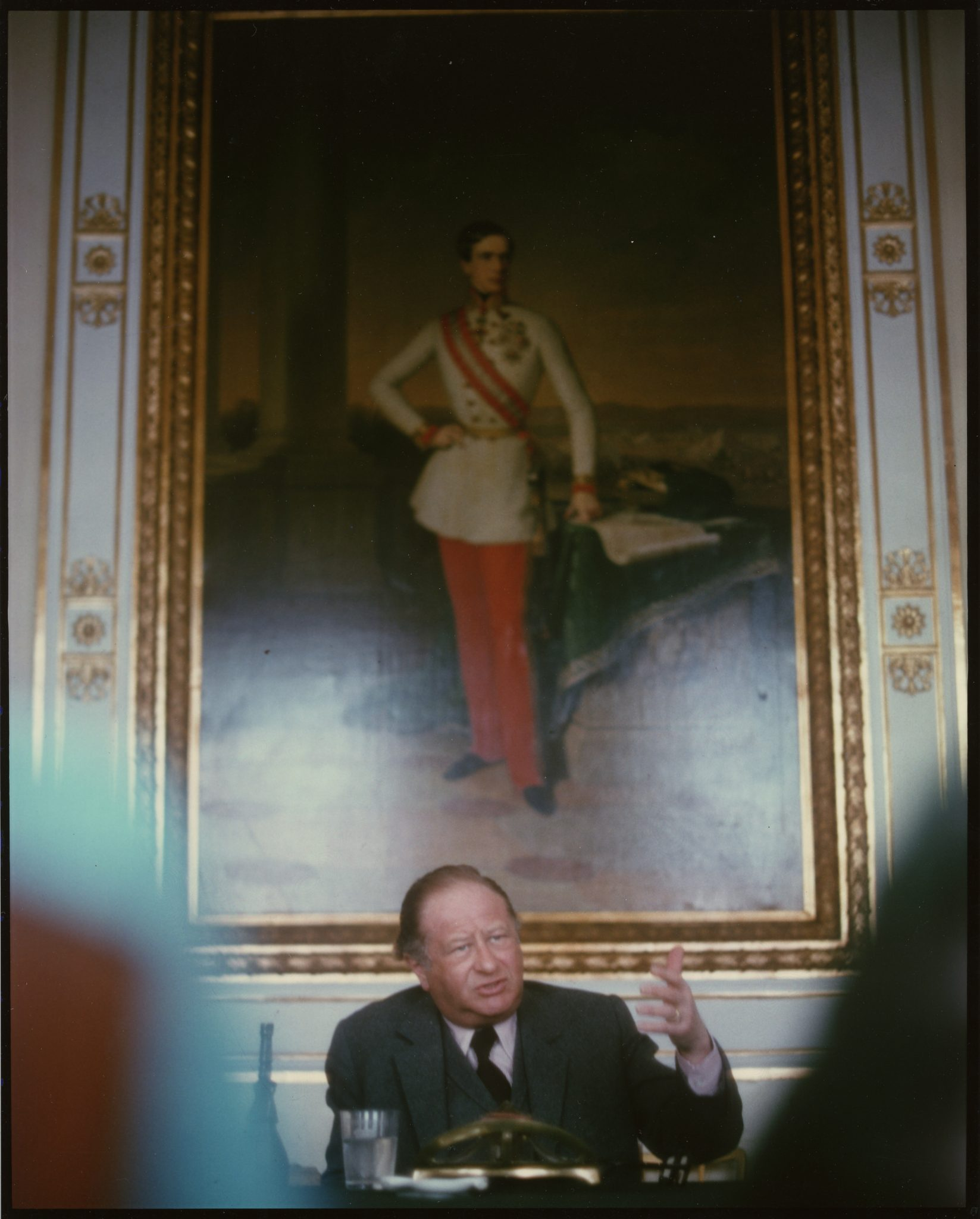 Bruno Kreisky im Bundeskanzleramt mit Kaiser-Bild