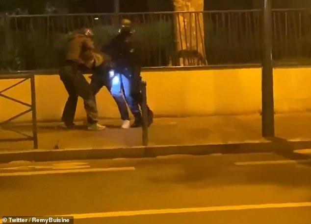 Der französische Journalist Taha Bouhafs, der aus Algerien stammt, wird von der Polizei misshandelt.