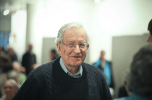 Das Bild zeigt Noam Chomsky einen der wichtigsten Intellektuellen der USA und der Welt, neulich teilte er seine Gedanken über den Corona-Virus mit uns.