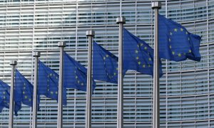 eu flags fahnen brüssel eu-kommission