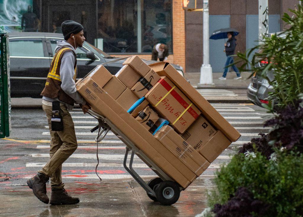 Scheinselbstständige Postboten: Razzia bei Amazon