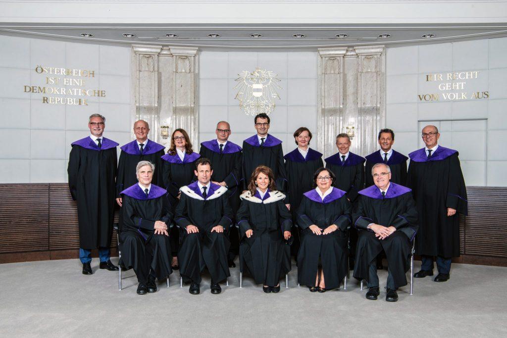 Asylwerber arbeiten: Foto von Mitgliedern des Verfassungsgerichtshofes in ihren Roben