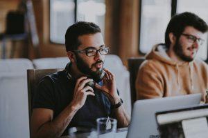 Praktikum Gehalt Österreich; zwei Männer arbeiten mit Computern am Schreibtisch