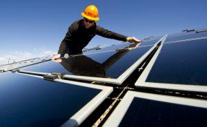 erneuerbare energie strom österreich: Bauarbeiter montiert Solaranlage