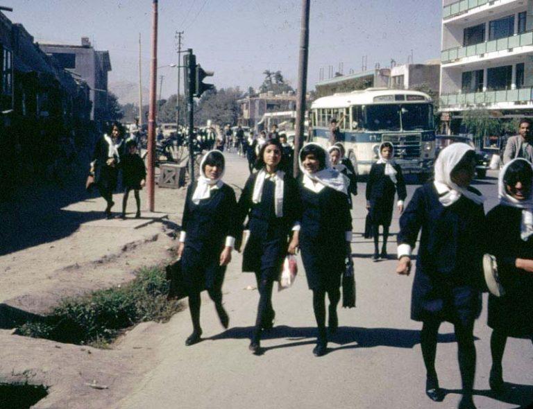 Schülerinnen in Afghanistan 1967 (Foto: Bill Podlich)